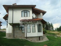We offer for sale a two-storey house with yard in the Kasiopeia complex, Pamporovo, Bulgaria